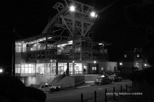 夜の山麓駅モノクロ