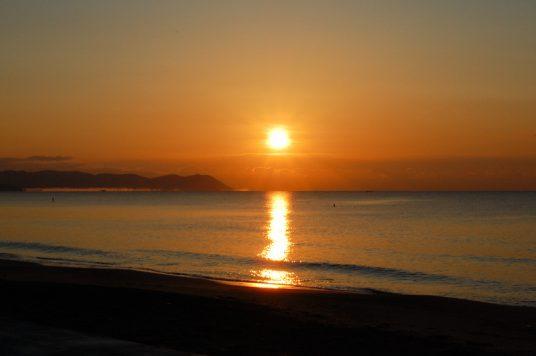朝焼けの砂浜